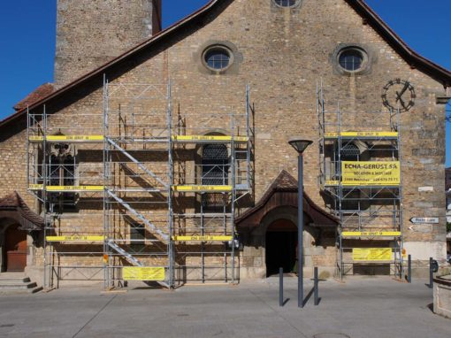 Echafaudages pour les travaux de réfection des vitraux sur le temple d'Avenches