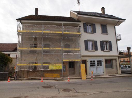 Montage d'un échafaudages en ville d'Avenches à la Rue du Lavoir