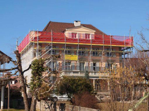 Montage d'un échafaudages sur la maison d'enfant d'Avenches pour les travaux de rénovation