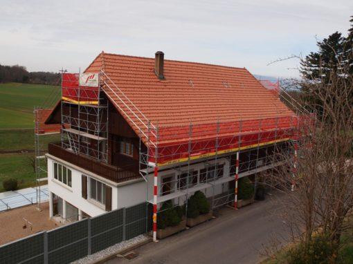 Echafaudages pour la rénovation d'une toiture d'une ferme à Oleyres près d'Avenches