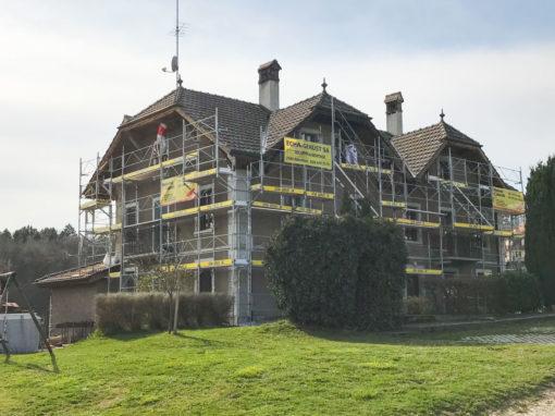 Montage d'un échafaudages pour les travaux de peinture de façades et avant-toit aux Friques