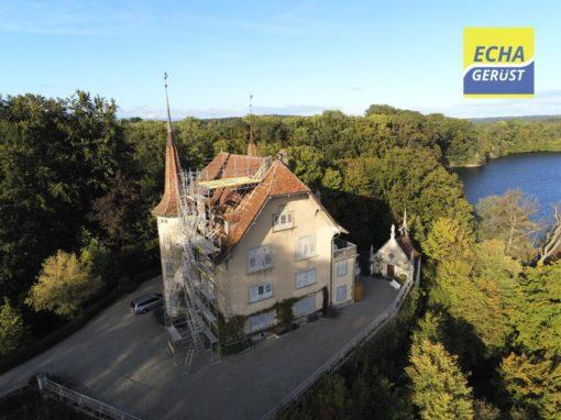 Echafaudages pour réfection d'une cheminée sur le toit d'un château à Barberêche (Fribourg)