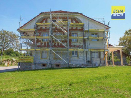 Montage d'un échafaudages pour rénovation et transformation d'une maison sur la commune de Morat