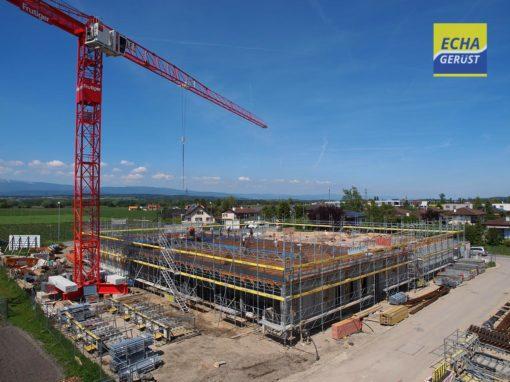 Echafaudages pour les travaux de construction du bâtiment de la nouvelle COOP à Sugiez