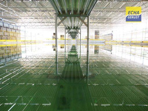 St-Prex  – Montage d'un échafaudages de surface à l'intérieur d'un bâtiment en construction et au-dessus d'une piscine remplie d'eau