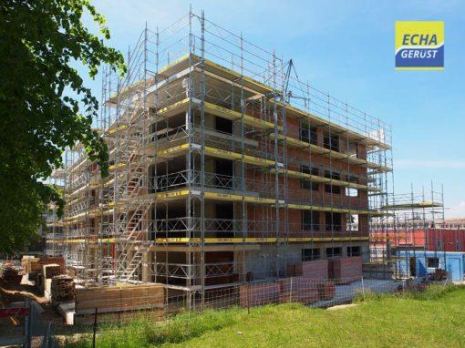 Montage d'un échafaudages pour la construction d'un immeuble d'habitation à Morat